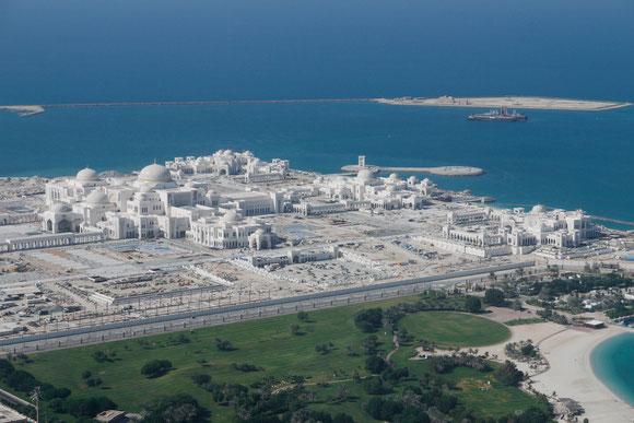 das Gelände des neuen Palastes für den Scheich von oben: irgendwann wird alles bebaut bzw. in Parkanlage umgewandelt sein; Plakate zeigen die Vision. So etwas wird Dubai wohl nicht haben ;-)