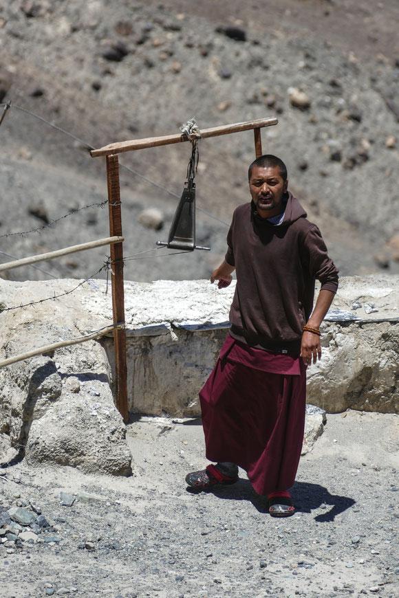 Der Mönch ruft mit der Glocke zum Gebet.
