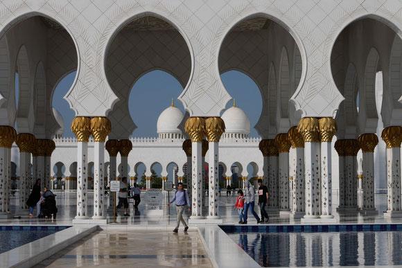 die Bogengänge im Detail mit den reichen Verzierungen im Gestein sowie in Gold auf den Säulen