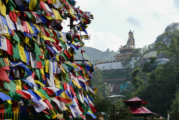 Rewalsar. Tibetische Gebetsfahnen, buddhistische Padmasambhava Statue