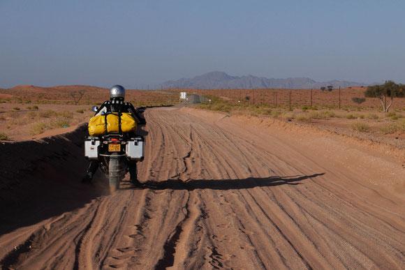 die flacheren Spuren der Geländewagen zeigen eindeutig, warum es für uns keinen Sinn mehr machte, es weiter zu versuchen :-((((
