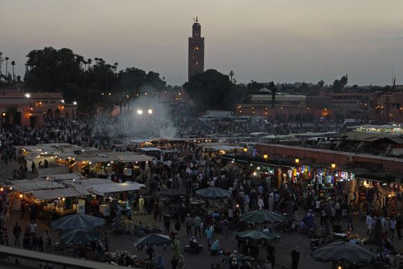 Unser Lieblingsplatz in Marrakesch: der Djamâa el-Fna in der Dämmerung vom Cafe de France aus beobachtet.