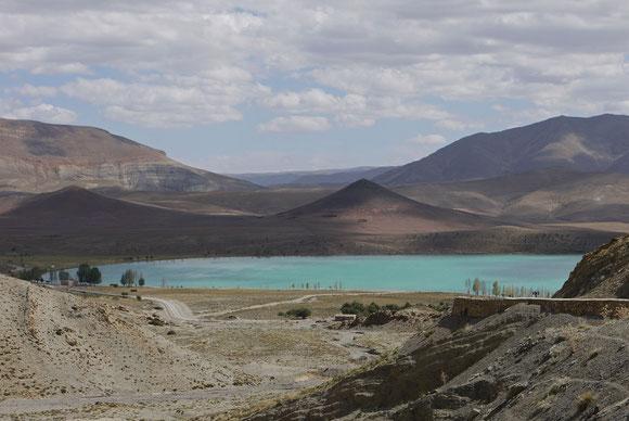 Du kommst um die Kurve an der Passhöhe und dann liegt er da, wie ein Smaragd, der Lac de Tislit.