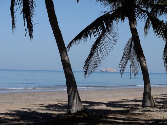 schöner Strandabschnitt, aber es gibt keine Menschen im Wasser oder zum Sonnenbaden