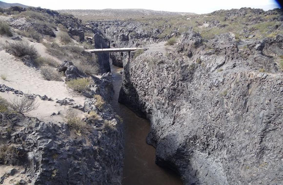 ca. 200 km weiter südlich: der vorher noch breite Fluß mußte sich sein neues Bett durch ein Lavafeld bahnen und hat daher die Tiefe vorgezogen