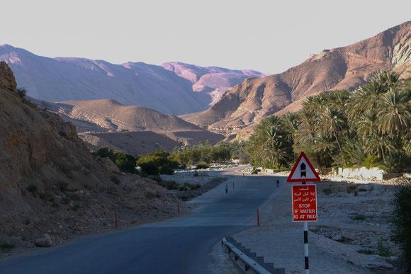 """im Vordergrund übrigens eines der typischen Wadi-Warn-Schilder, das """"rot"""" bezieht sich auf die Posten weiter hinten."""