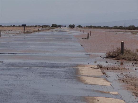 kurz vor Mendoza: hier stehen sogar Pegel mit Warnschilder, man solle sich die Wasserstände gut ansehen, bevor man weiterfährt.... Die Markierungen reichten auf Marken über 1 m !!