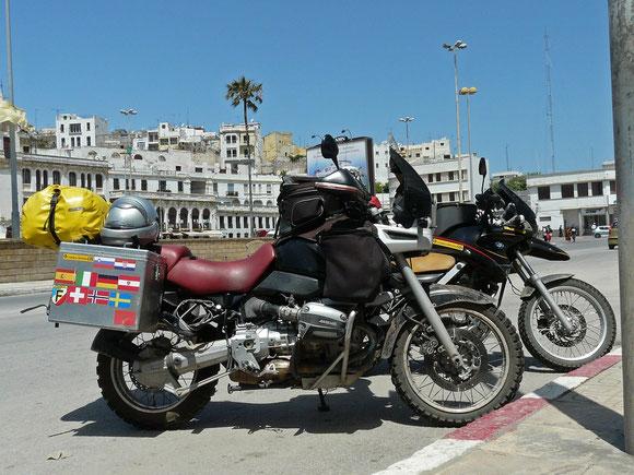 Geschafft! Der Hafen von Tanger ist erreicht, noch schnell die Tickets holen und dann liegt Afrika auch schon wieder hinter uns.