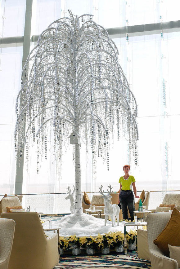 """wir wollten hoch hinaus und haben uns daher in die Lobby des Luxushotels """"Jumeirah at Etihad Towers"""" verirrt. Zum 1. Mal habe ich mich in meiner Kleidung deplaziert gefühlt."""