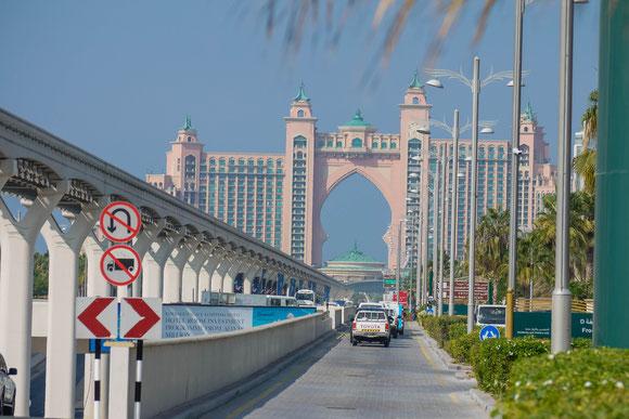 das große Luxushotel auf der künstlichen Palmeninsel: ganz links knapp noch zusehen: der Tunneleingang zur Unterquerung des Kanals; darüber die Magnetschwebebahn für die Inselbewohner; geradeaus die Straße ans Landende.