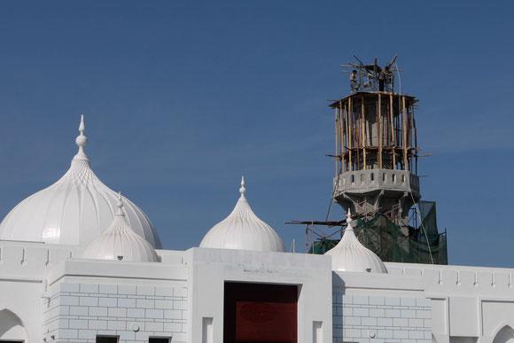 """an der neuen Moschee wird auch am dortigen """"Sonntag"""" weitergearbeitet, mit erstaunlich primitven Gerätschaften"""
