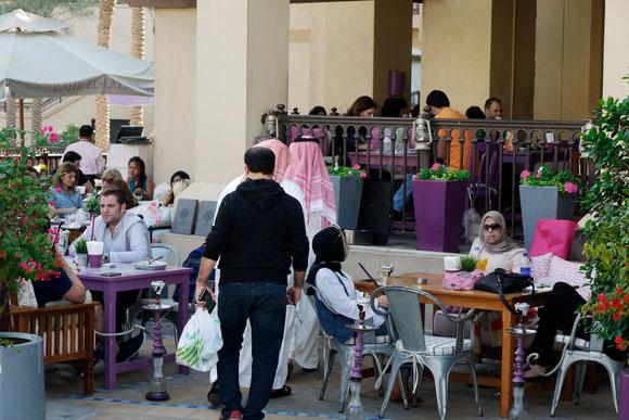 im Zentrum von Dubai sitzen auch arabische Frauen ganz selbstverständlich in den Cafés, und ganz häufig sieht man die Wasserpfeifen.