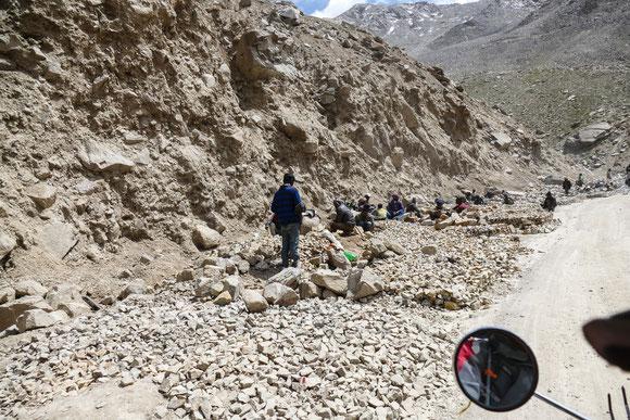 Straßenbau auf indisch: hier werden aus großen Steinen kleine Steine gemacht. Also Schotter von Hand produziert.....
