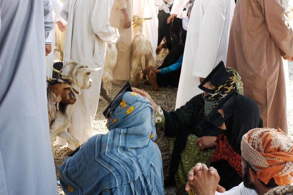 2 Berberfrauen mit dem traditionellen Gesichtsschutz, der wohl mehr mit Sonnenschutz als völliger Verschleiherung zu tun hat. Uns ist auch aufgefallen, dass die Omanis immer noch keine Sonnenbrillen benötigen...