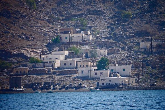 das bekannte Bild von dem kleinen Fischerdorf in der steinigen Umgebung, das nur übers Wasser erreichbar ist und bis vor wenigen Jahren auch noch keinen Strom hatte.
