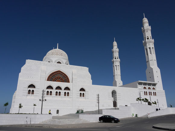 auf der Suche nach der berühmten Sultan-Qabos-Moschee sind wir zu dieser gewaltigen Moschee kommen, die auf einem Hügel tront.