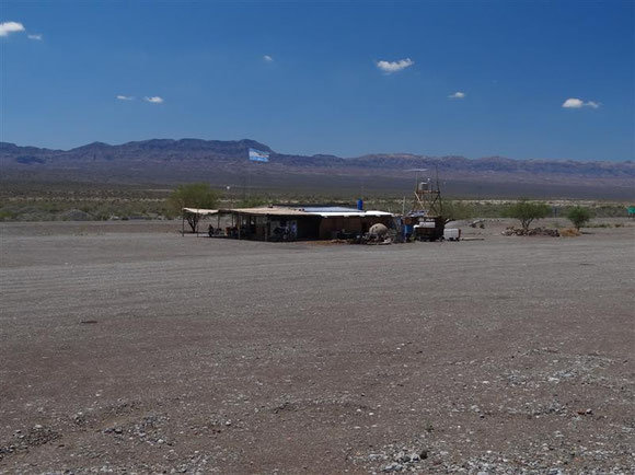 wenn man so alleine auf weiter Flur steht, darf man auch stolz die argentinische Flagge hochhalten: der verlassene Posten Talacasto, das Roadhouse ...