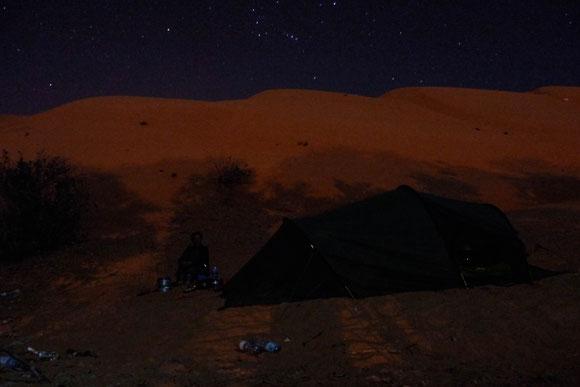 """die Schatten stammen von den Palmen auf der anderen Wegseite... Und den Orion konnten wir Nicht-Astrologen auch im Oman jede Nacht finden, später nachts kam auch der """"großen Wagen""""."""