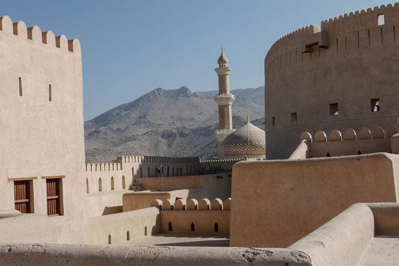 """Blick von der """"Dachterasse"""" des schön renovierten Forts auf die Moschee von Nizwa"""
