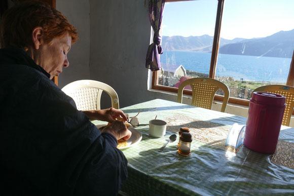 Zum Frühstück: Omelett, Tee und diese Aussicht.