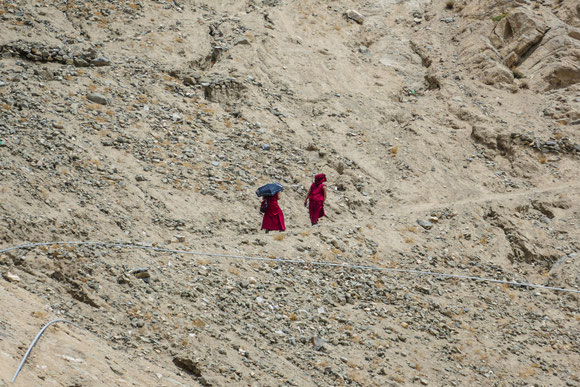 Buddhistische Mönche auf dem beschwerlichen Pfad nach oben. Wir sind ihnen bald gefolgt.