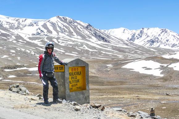 Zum ersten Mal auf einem Pass knapp unter der 5.000 m Marke. So platt wie hier habe ich mich nie wieder gefühlt. Jeder Schritt benötigte alle Willenskraft und dauerte gefühlte Minuten. Die später folgenden Pässe waren nicht annähernd so schlimm.