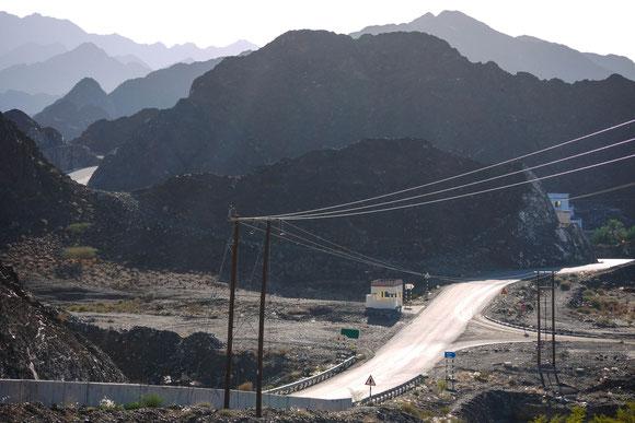 nicht  nur schöne Kurven, sondern auch ein schönes Beispiel für die typische Staffelung der Bergketten hintereinander im Gegenlicht