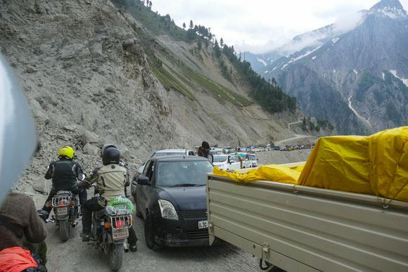 Am Fuß des Passes herrscht dann wieder das indische Chaos: Alle wollen Alles und zwar gleichzeitig....