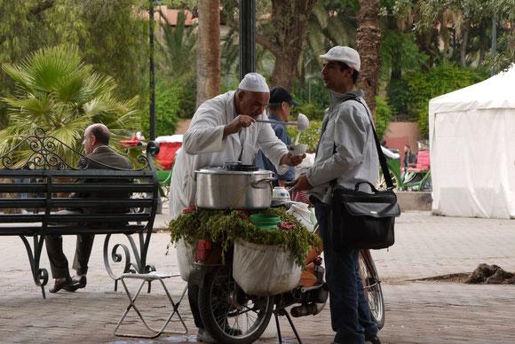 Beim fliegenden Suppenverkäufer herrschte ständiges Kommen und Gehen