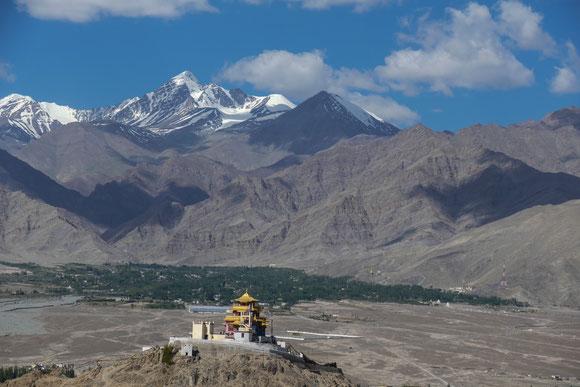 Noch im Indus Tal fasziniert der Blick auf das Kloster