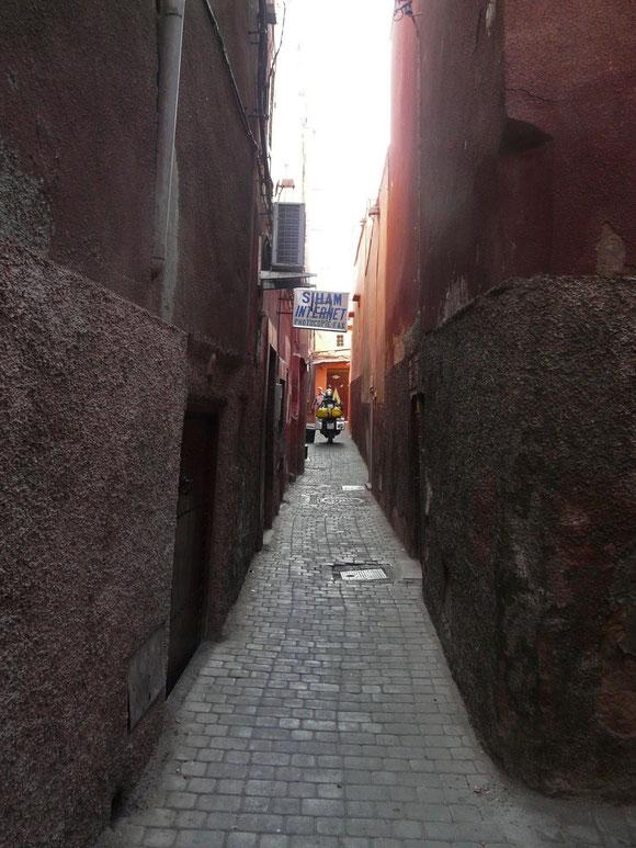 Durch enge Gassen erreichen wir unser Hotel in der Medina.