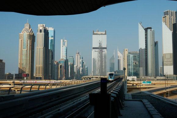 Ausblick aus der Metrostation am Burj al Khalifa auf die Skyline des Finanzbezirkes