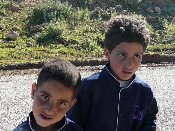 Kinder an der Straße