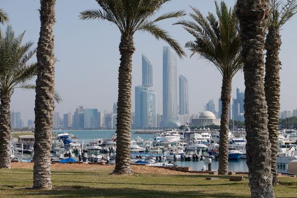 die Marina von Abu Dhabi vor der Skyline