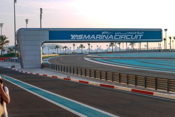 Für unseren Formel-1-begeisterten Sohn mussten wir natürlich Original-Fotos vom Circuit schießen. Dort kann man selber mit Aston Martins ein paar schnelle Runden drehen.