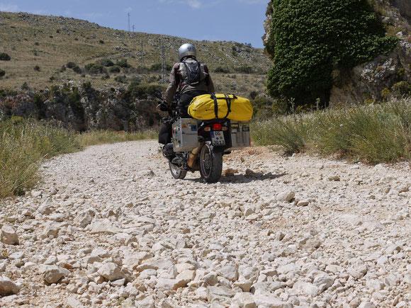 Eine Schotterstrecke muss sein: die berühmten Abkürzungen mit dem Finger auf der Landkarte ;-)  direttissima nach San Vito Lo Capo