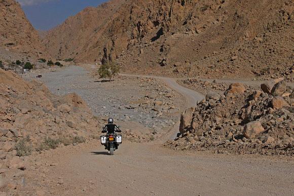 Einstieg ins Wadi, im Hintergrund links noch bewohnte Häuser