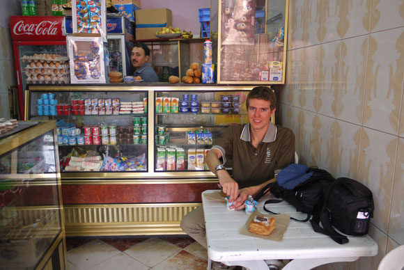 Rast im Kiosk mit Yoghurt und Gebäck