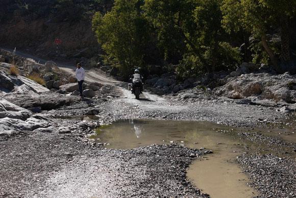 an dieser Furt holten wir die Omanis wieder ein, da es dort auch rechts zu einem Canyon geht und allgemeine Stoppstelle auch für andere Gruppen ist. Außerdem Point of no return für alle 2x4-Wagen, die von Norden her kommen.