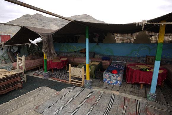 In Agoudal übernachten wir unter dem Berberzelt auf dem Dach der Auberge Ibrahim