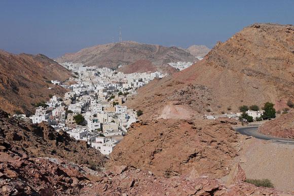 Der Ortsteil Ruwi in das Tal gequetscht.