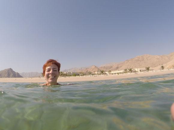 erst einmal relaxen: am Strand und im warmen Wasser....