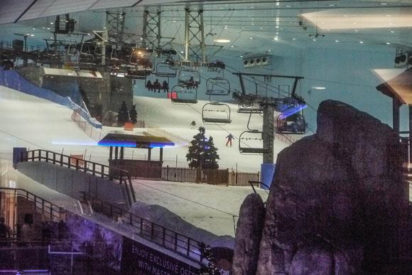 der Winter hat uns eingeholt: in einer Einkaufsmall kann man auch Skifahren gehen. Die typische Silhouette eines Skihanges ist auch außen weithin sichtbar.