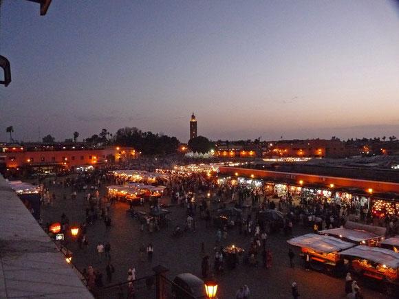 Mein Inbegriff vom Großstadtleben Marrakeschs - der Djemaa el Fna im Abendlicht von der Terrasse des Café France.