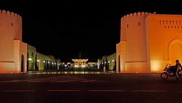 der Sultanspalast bei Nacht mit seiner imposanten Auffahrt