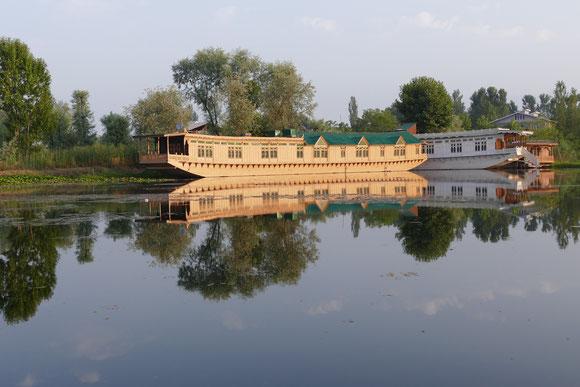 In Srinarga erwarten uns zwei Hausboote auf dem Nagin See. Hier können wir wunderbar relaxen und uns von den Strapazen erholen.