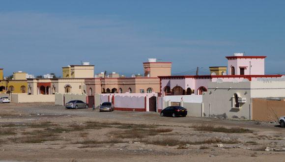 typische Neubausiedlung, jedes Haus ist anders; und die Menschen sind immer durch eine Mauer vor den Blicken der anderen geschützt.