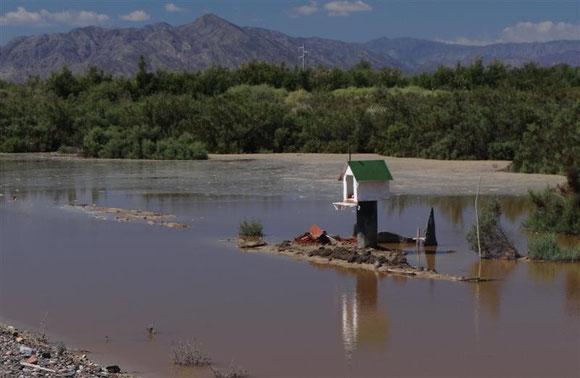 nein, das ist kein Vogelhäuschen, wie wir im ersten Augenblick dachten. Dort wußten die Angehörigen, dass sie das Totengedenkhäuschen gegen sporadische Wasserfluten sichern mußten
