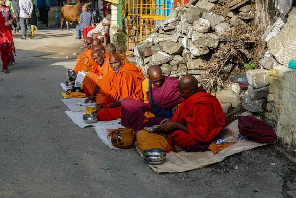 tibetische Mönche in der Hoffnung auf milde Gaben