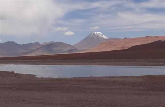 die karge Landschaft wird überragt von schneebedeckten Vulkanen...